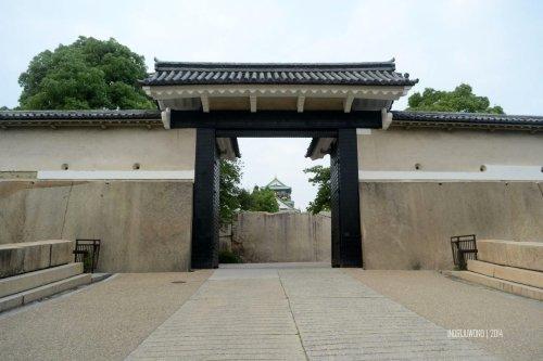 8-osaka-castle-outside-sakura-gate