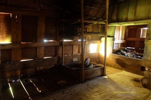tungku di dalam tongkonan mengasapi penutup atap