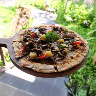38-hotel-villa-lumbung-seminyak-bali-restaurant-pizza-rendang
