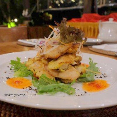 46-hotel-villa-lumbung-seminyak-bali-restaurant-chicken