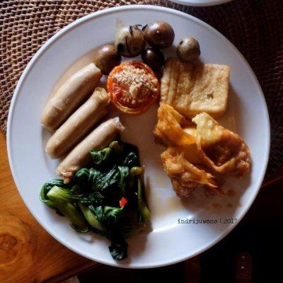 49-hotel-villa-lumbung-seminyak-bali-restaurant-sausage-breakfast