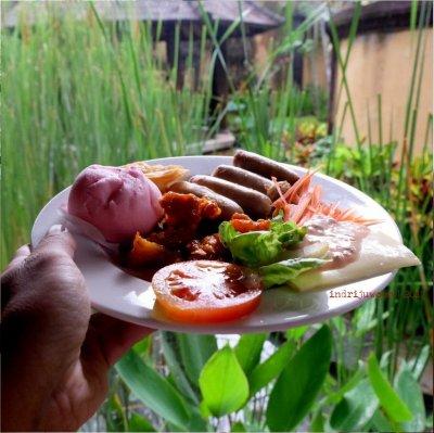 50-hotel-villa-lumbung-seminyak-bali-restaurant-sausage-breakfast